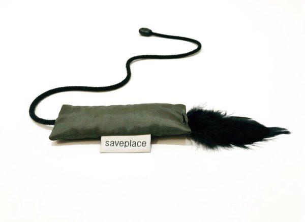 """""""Saveplace®"""" slidaus audinio kačių žaislas su vidutinio dydžio medvilninėmis virvelėmis ir juodomis plunksnomis - GOING CRAZY"""
