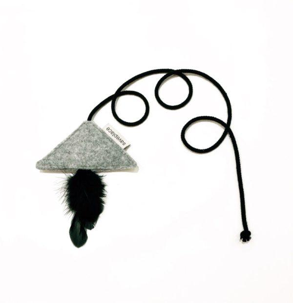 """""""Saveplace®"""" vilnonis pilkas katės žaislas su JUODOMIS plunksnomis - PYRAMID"""