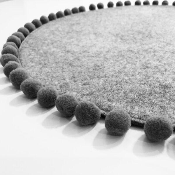 PILKAS SU PILKU POM-POM Saveplace® lankstus vilnonis naminių gyvūnėlių kilimėlis / lova (50 cm skersmens)
